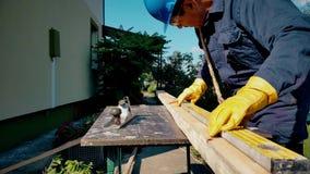 Ο ξυλουργός κάνει τα σημάδια εν πλω απόθεμα βίντεο