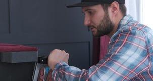 Ο ξυλουργός καθορίζει τις λεπτομέρειες από τη συρράπτοντας μηχανή επίπλων απόθεμα βίντεο