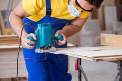 Ο ξυλουργός που εργάζεται στο εργαστήριο Στοκ Φωτογραφία