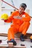 Ο ξυλουργός που φορά κίτρινο hardhat στο εργαστήριο αναδόχων Στοκ εικόνες με δικαίωμα ελεύθερης χρήσης