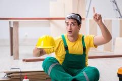 Ο ξυλουργός που φορά κίτρινο hardhat στο εργαστήριο αναδόχων Στοκ φωτογραφίες με δικαίωμα ελεύθερης χρήσης