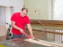Ο ξυλουργός πριονίζει την ακτίνα ξυλείας σε ένα κυκλικό πριόνι Στοκ φωτογραφία με δικαίωμα ελεύθερης χρήσης