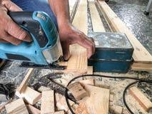 Ο ξυλουργός πριόνιζε το ξύλο στοκ εικόνες