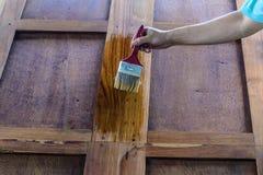 Ο ξυλουργός είναι χρωματισμένες όμορφες ξύλινες πόρτες Στοκ εικόνες με δικαίωμα ελεύθερης χρήσης