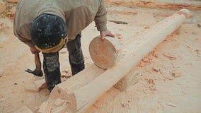 Ο ξυλουργός ελέγχει την επεξεργασία κούτσουρων εργασίας του από το στρογγυλό κατάλυμα Καναδική τεκτονική γωνίας Καναδικό ύφος Ξύλ απόθεμα βίντεο