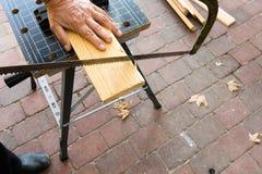 Ο ξυλουργός που έχουν χάσει μια άκρη δάχτυλων πριονίζει Στοκ φωτογραφία με δικαίωμα ελεύθερης χρήσης