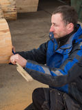 Ο ξυλουργός συγκεντρώνεται πολύ στην εργασία Στοκ Εικόνες