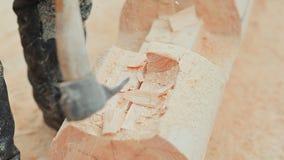 Ο ξυλουργός χαράζει semicircle στο κούτσουρο Καναδική τεκτονική γωνίας Καναδικό ύφος Ξύλινο σπίτι φιαγμένο από κούτσουρα απόθεμα βίντεο