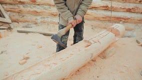 Ο ξυλουργός χαράζει semicircle στο κούτσουρο Καναδική τεκτονική γωνίας Καναδικό ύφος Ξύλινο σπίτι φιαγμένο από κούτσουρα φιλμ μικρού μήκους