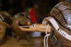 Ο ξύλινος αρμαδίλος κοιτάζει προς τα εμπρός στοκ φωτογραφίες