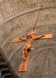 Ο ξύλινος διαγώνιος Ιησούς στην εκκλησία Στοκ Εικόνες