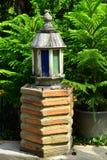 Ο ξύλινος λαμπτήρας φωτισμού στον κήπο στοκ φωτογραφίες