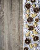 Ο ξύλινος πίνακας, δικαίωμα είναι σχεδιασμένοι άνθρωποι λαγών καρδιών δέντρων κέικ ψωμιού πιπεροριζών αντέχει τις ξηρές πορτοκαλι Στοκ Εικόνες