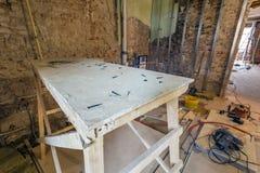 Ο ξύλινος πίνακας με τις βίδες στα εργαλεία δωματίων και κατασκευής είναι σε ένα διαμέρισμα κατά τη διάρκεια στην κατασκευή, over στοκ φωτογραφίες με δικαίωμα ελεύθερης χρήσης