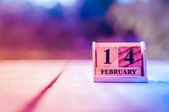 Ο ξύλινος φραγμός τούβλου παρουσιάζει ημερολόγιο ημερομηνίας και μήνα της 14ης Φεβρουαρίου ή της ημέρας βαλεντίνων στοκ εικόνες με δικαίωμα ελεύθερης χρήσης