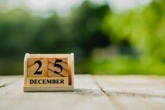 Ο ξύλινος φραγμός τούβλου παρουσιάζει ημερολόγιο ημερομηνίας και μήνα της 25ης Δεκεμβρίου ή της ημέρας Chritstmas στοκ εικόνες