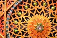 Ο ξύλινος, χρωματισμένος, φωτεινός, διαστισμένος χαρασμένος τοίχος με τα λουλούδια, αστέρια, σχέδια, χρωμάτισε τις πέτρες των δια Στοκ Φωτογραφίες