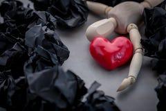 Ο ξύλινος αριθμός καθορίζει με την κόκκινη καρδιά στο γκρίζο πάτωμα Στοκ εικόνες με δικαίωμα ελεύθερης χρήσης