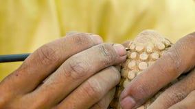 Ο ξύλινος κύριος εργάζεται στις λεπτομέρειες του αγάλματος Καμπότζη απόθεμα βίντεο