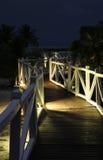 Ο ξύλινος δρόμος στην ωκεάνια ακτή στη νύχτα Στοκ φωτογραφία με δικαίωμα ελεύθερης χρήσης