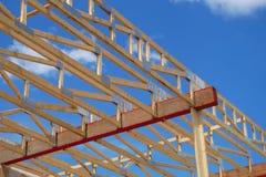 Ο ξύλινος σκελετός ξυλουργικής δομών πλαισίου κατασκευής σπιτιών χτίζει Στοκ Εικόνα