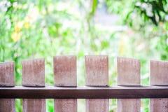 Ο ξύλινος φράκτης στο πρώτο πλάνο και το υπόβαθρο είναι φύση Στοκ εικόνες με δικαίωμα ελεύθερης χρήσης