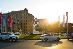 Οδοί του Μπακού, αυτοκίνητα στο τετράγωνο στοκ φωτογραφία