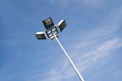Οδοί φωτισμού ιστών της πόλης σε ένα υπόβαθρο ο ουρανός Στοκ εικόνες με δικαίωμα ελεύθερης χρήσης