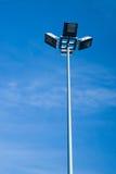Οδοί φωτισμού ιστών της πόλης σε ένα υπόβαθρο ο ουρανός Στοκ Φωτογραφίες