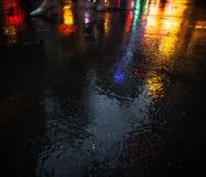 Οδοί NYC μετά από τη βροχή με τις αντανακλάσεις στην υγρή άσφαλτο Στοκ Εικόνα