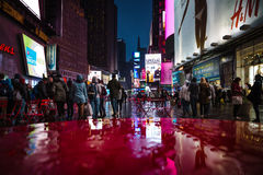 Οδοί NYC μετά από τη βροχή με τις αντανακλάσεις στην υγρή άσφαλτο Στοκ φωτογραφίες με δικαίωμα ελεύθερης χρήσης
