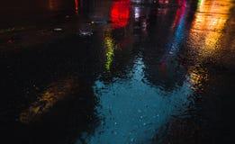 Οδοί NYC μετά από τη βροχή με τις αντανακλάσεις στην υγρή άσφαλτο Στοκ Φωτογραφίες