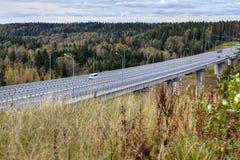 Οδογέφυρα γεφυρών εθνικών οδών πέρα από το δασικό ρεύμα στη ρωσική χώρα στοκ εικόνα