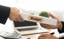 Ο λογιστής στέλνει τους προϋπολογισμούς αρχείων Στοκ Φωτογραφία