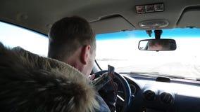 Ο οδηγός ενός οινοπνευματώδους πίνει το κονιάκ οδηγώντας ένα αυτοκίνητο απόθεμα βίντεο