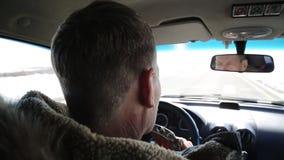 Ο οδηγός ενός οινοπνευματώδους πίνει το κονιάκ οδηγώντας ένα αυτοκίνητο φιλμ μικρού μήκους