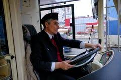 Ο οδηγός ενός υβριδικού trolleybus-λεωφορείου στη ρόδα Στοκ φωτογραφία με δικαίωμα ελεύθερης χρήσης