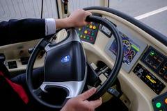 Ο οδηγός ενός υβριδικού trolleybus-λεωφορείου στη ρόδα Στοκ φωτογραφίες με δικαίωμα ελεύθερης χρήσης