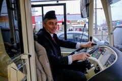 Ο οδηγός ενός υβριδικού trolleybus-λεωφορείου στη ρόδα Στοκ εικόνες με δικαίωμα ελεύθερης χρήσης