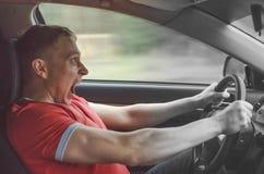Ο οδηγός οδηγεί ένα αυτοκίνητο στοκ φωτογραφίες