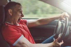 Ο οδηγός οδηγεί ένα αυτοκίνητο στοκ φωτογραφία με δικαίωμα ελεύθερης χρήσης