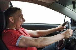 Ο οδηγός οδηγεί ένα αυτοκίνητο στοκ εικόνες με δικαίωμα ελεύθερης χρήσης