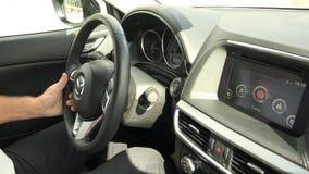 Ο οδηγός οδηγεί ένα εμπορικό σήμα της Mazda μιας νέας γενιάς απόθεμα βίντεο