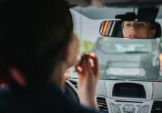 Ο οδηγός που πηγαίνει στο δρόμο, που μιλά στο τηλέφωνο, που εργάζεται με τα έγγραφα και που κάνει έναν τύπο επάνω συγχρόνως Στοκ Εικόνα