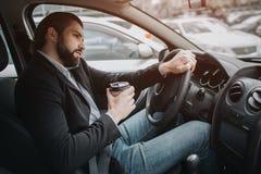 Ο οδηγός που πηγαίνει στο δρόμο, μιλώντας στο τηλέφωνο, που λειτουργεί με τα έγγραφα συγχρόνως Επιχειρηματίας που κάνει το πολλαπ Στοκ φωτογραφίες με δικαίωμα ελεύθερης χρήσης