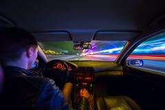 Ο οδηγός στο αυτοκίνητο κινείται με τη γρήγορη ταχύτητα τη νύχτα Στοκ φωτογραφίες με δικαίωμα ελεύθερης χρήσης