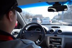 Ο οδηγός στο αυτοκίνητο παίρνει κολλημένος σε μια κυκλοφοριακή συμφόρηση Στοκ φωτογραφία με δικαίωμα ελεύθερης χρήσης