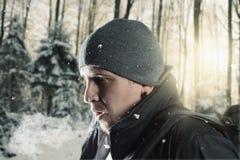 Ο οδοιπόρος αναπνέει έξω μπροστά από το θολωμένο δασικό τοπίο Στοκ φωτογραφίες με δικαίωμα ελεύθερης χρήσης