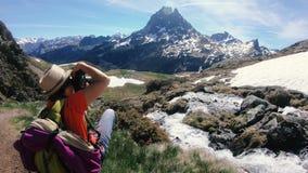 Ο οδοιπόρος γυναικών παίρνει μια φωτογραφία το βουνό, PIC du Midi δ Ossau στα γαλλικά Πυρηναία απόθεμα βίντεο