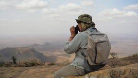 Ο οδοιπόρος πάνω από το βουνό παίρνει τις εικόνες του γραφικού τοπίου φιλμ μικρού μήκους